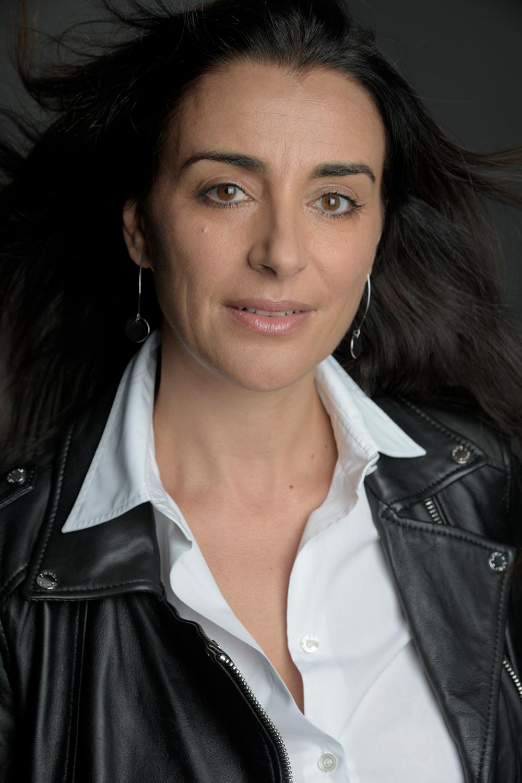 Romancière, scénariste, journaliste (couverture des sujets société et faits divers au journal LE PARISIEN durant 15 ans).